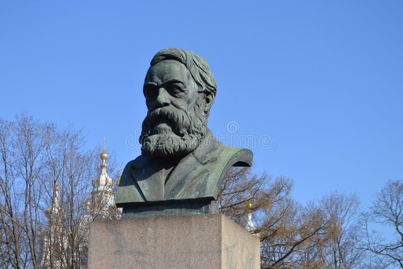 Staty av Friedrich Engels i St Petersburg arkivbilder