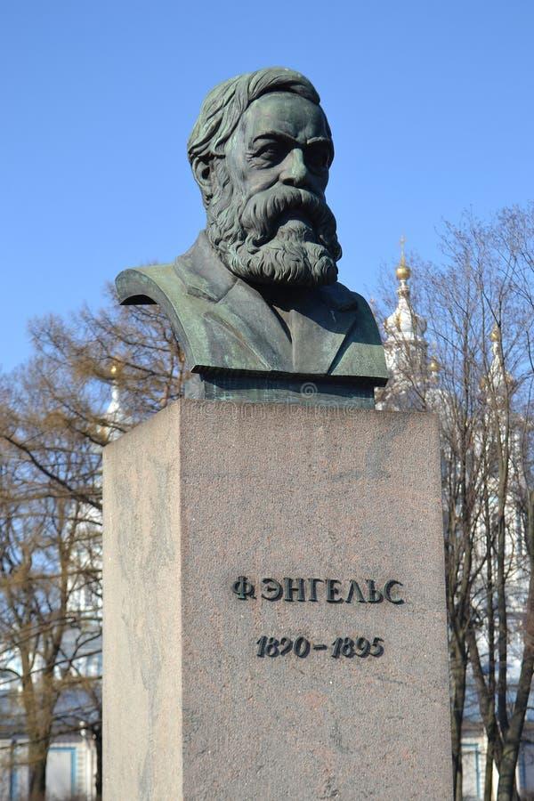 Staty av Friedrich Engels i St Petersburg royaltyfri fotografi