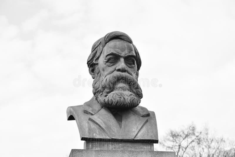 Staty av Friedrich Engels i St Petersburg royaltyfri foto