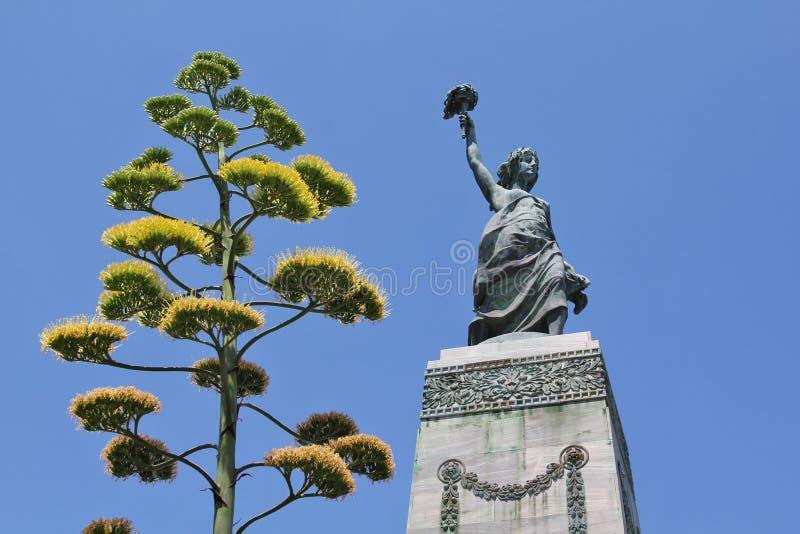 Staty av frihet med ett träd, Mitillini, Grekland arkivbilder
