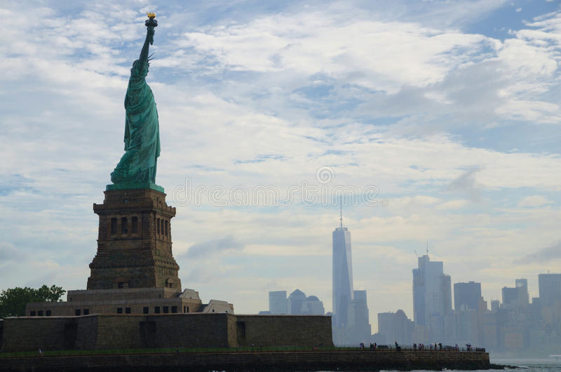 Staty av frihet och Manhattan, New York City arkivbilder