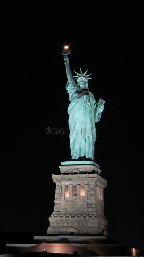 Staty av frihet på natten royaltyfri fotografi
