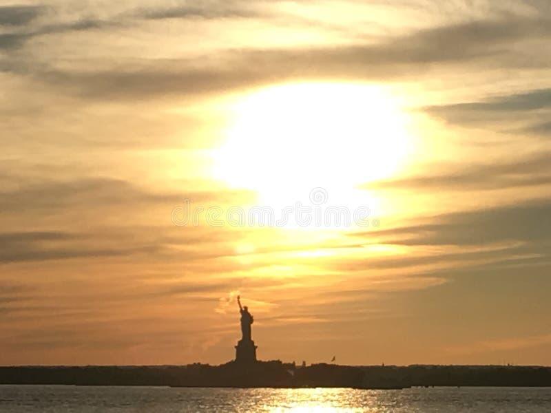 Staty av frihet på solnedgången royaltyfri foto