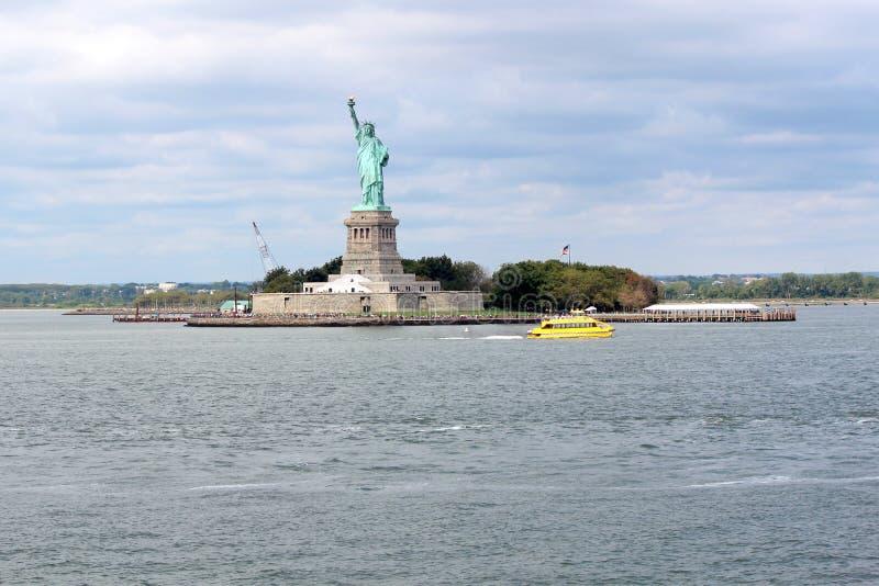 Staty av frihetskulptur, på Liberty Island i mitt av arkivbilder