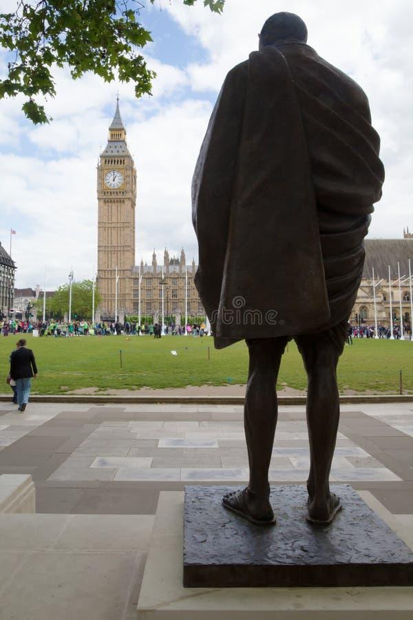 Staty av Gandhi och Big Ben, London fotografering för bildbyråer