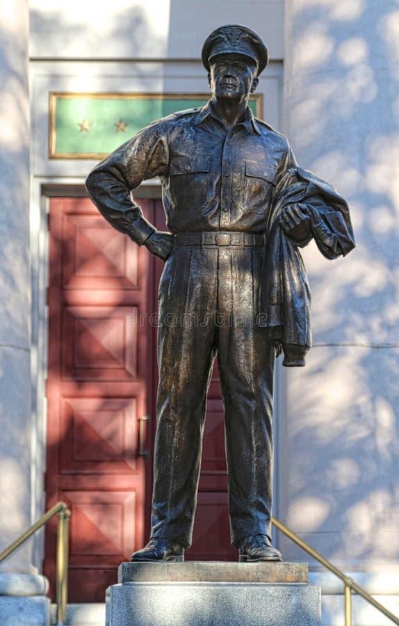 Staty av general Douglas MacArthur i Norfolk, Virginia arkivfoto