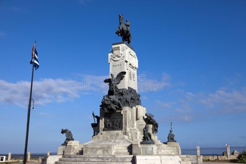 Staty av general Maximo Maceo Gomez med den kubanska flaggan i den centrala havannacigarren, Kuba royaltyfri foto