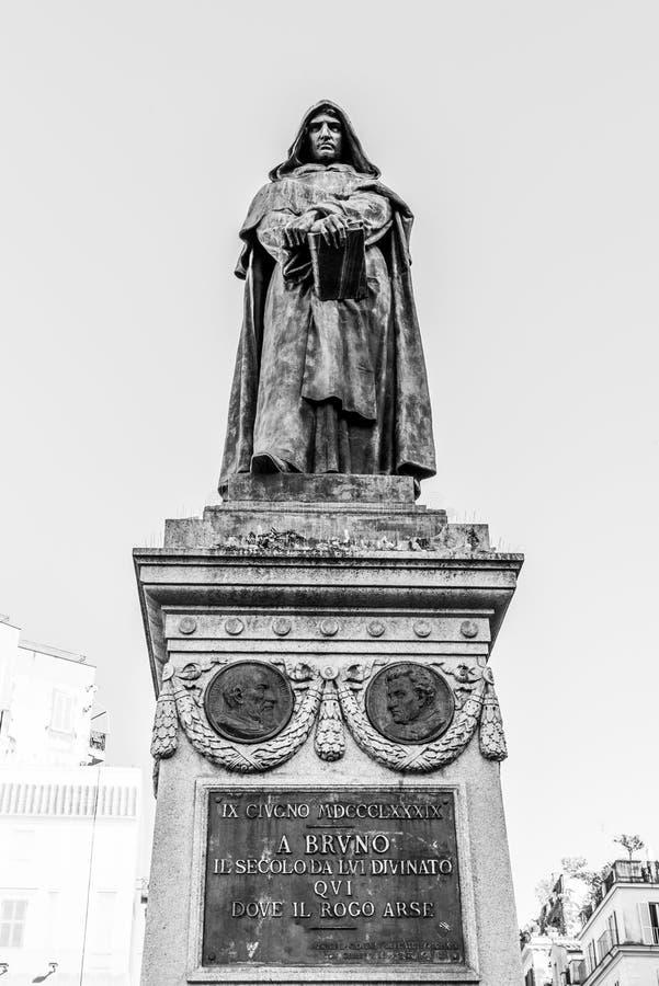 Staty av Giordano Bruno p? Campo de Fiori, Rome, Italien royaltyfria bilder