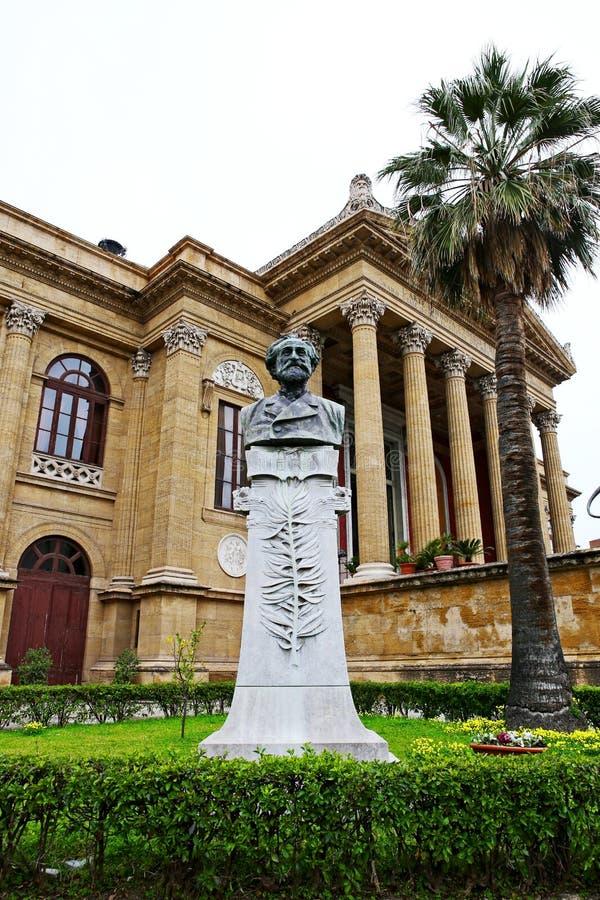Staty av Giuseppe Verdi på Teatro Massimo, Palermo arkivbild