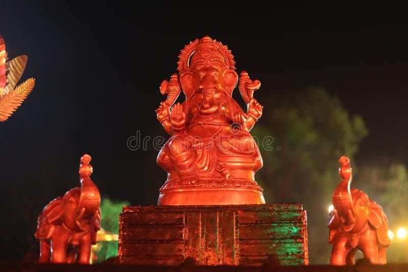 Staty av guden Ganpati med elefantstatyn royaltyfria bilder