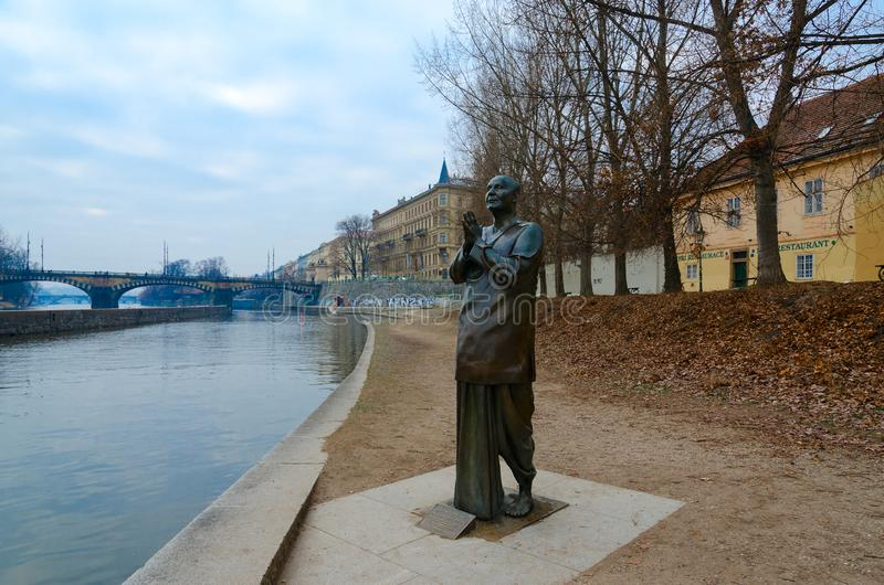 Staty av harmoni eller skulptur av bönen på den Kampa ön, Prague, Tjeckien arkivfoton