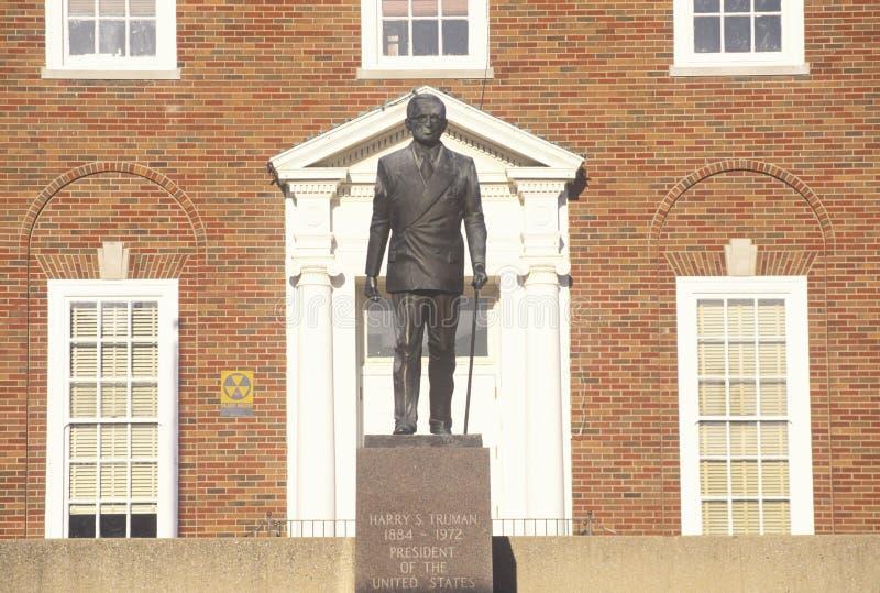 Staty av Harry S Truman på ingången till självständigheten, MO Courthouse arkivbild