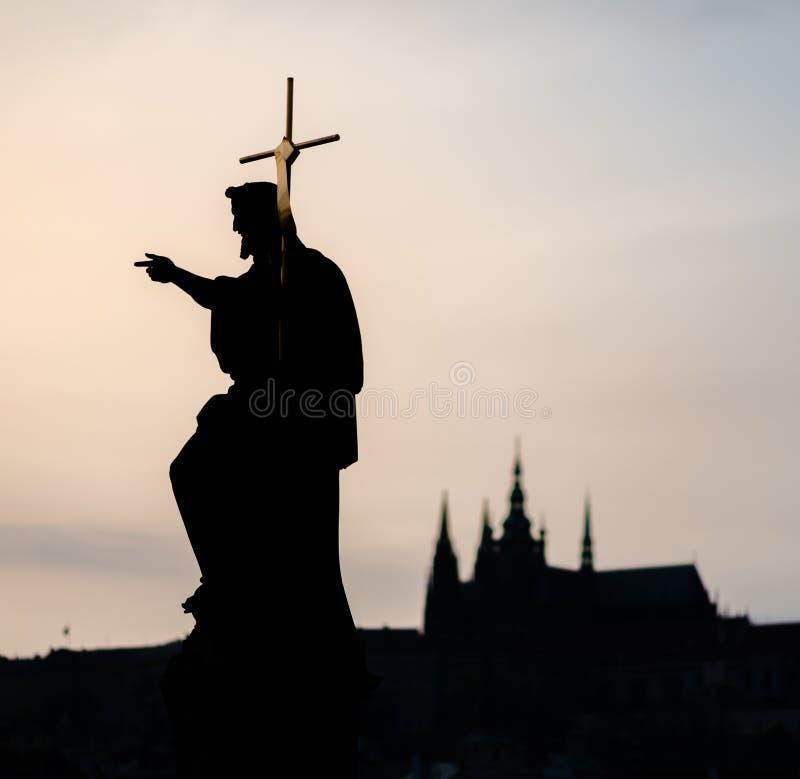Staty av helgonet, den Charles Bridge och Prague slotten, Tjeckien glass f?rstorande ?versiktslopp f?r destination Kulturarv royaltyfria bilder