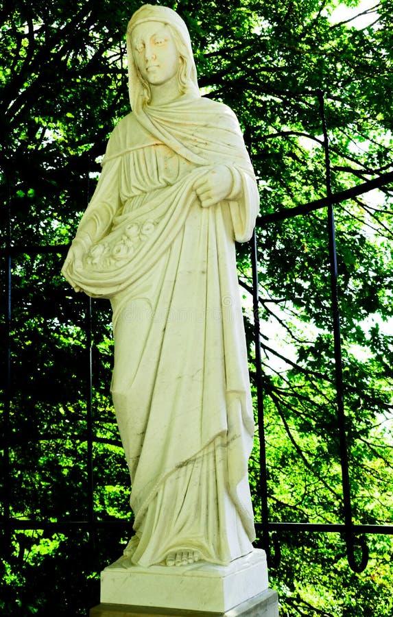 Staty av helgonet Elizabeth av Ungernkatolska kyrkan arkivfoto
