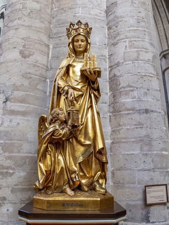 Staty av helgonet Gudula, en skyddshelgon av Bryssel på St Michael och domkyrkan för St Gudula i Bryssel, Belgien royaltyfria foton