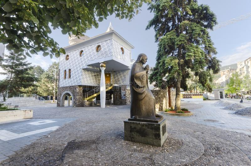 Staty av helgonet Mother Teresa i det Skopje museet av Mother Teresa arkivfoton