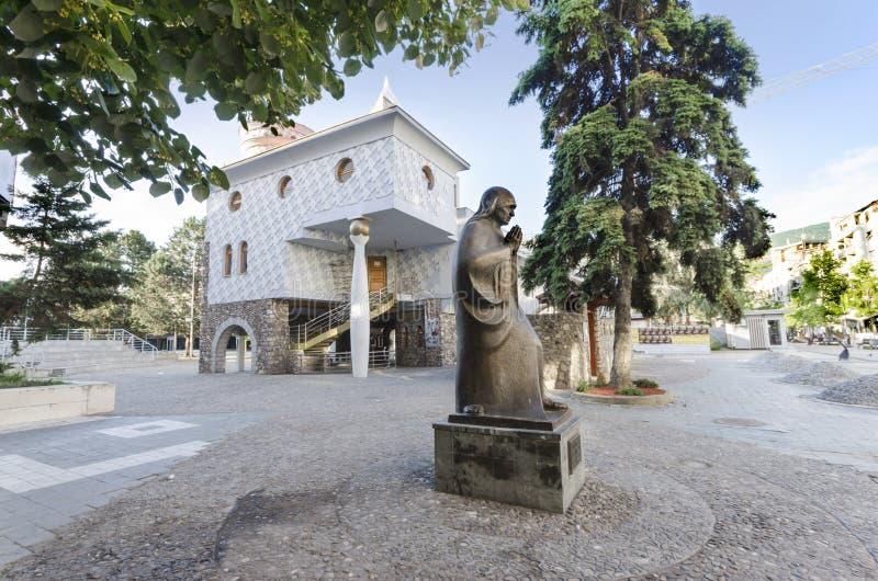 Staty av helgonet Mother Teresa i Skopje royaltyfria bilder