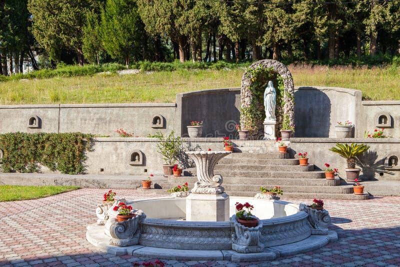 Staty av heliga martyress i kyrklig cortyard för ` s arkivfoto