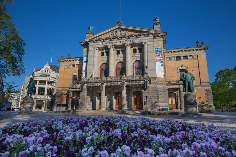 Staty av Henrik Ibsen på den nationella teatern Nationaltheatret i Oslo arkivfoto