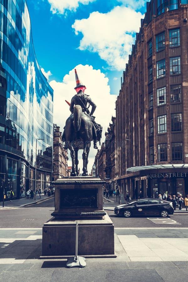 Staty av hertigen av gummistöveln som rider en häst som bär en trafikkotte på hans huvud glasgow scotland royaltyfri bild