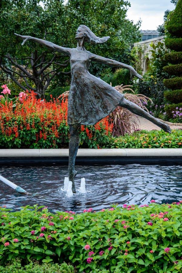 Staty av i minnesmärkeblommaträdgården arkivfoton