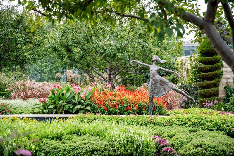 Staty av i minnesmärkeblommaträdgården royaltyfria bilder