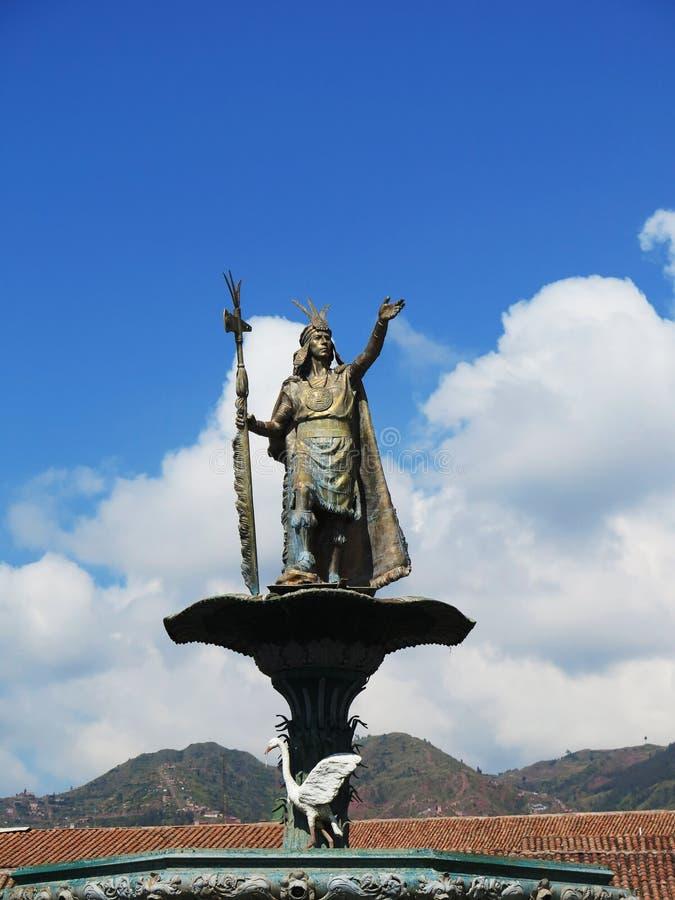 Staty av Inca Pachacutec över springbrunnen på plazaen de royaltyfria bilder
