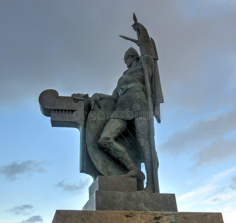 Staty av Ingolf Arnarson, Reykjavik, Island arkivbild