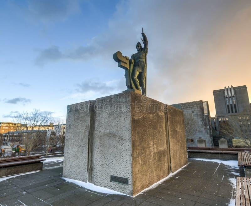 Staty av Ingolf Arnarson, Reykjavik, Island arkivbilder