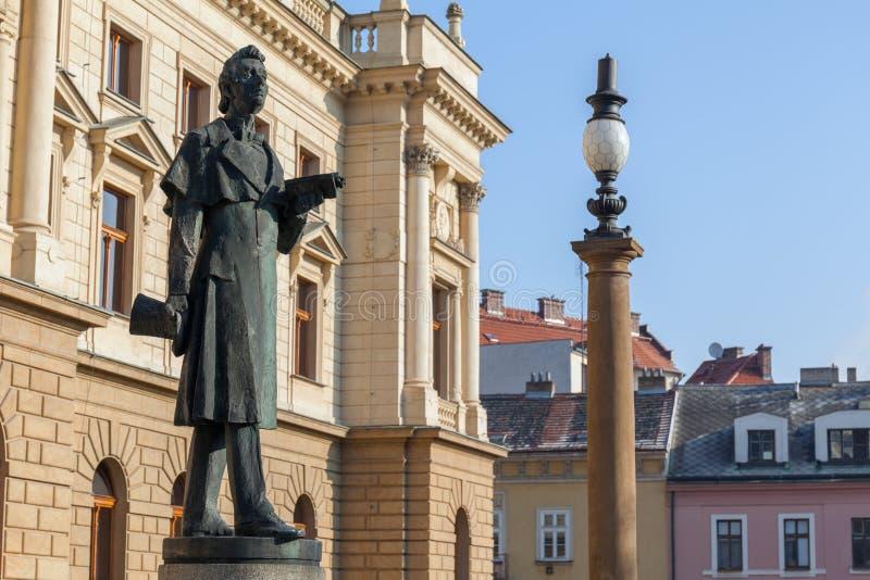 Staty av J K Tyl nära teatern för JK Tyl arkivbild
