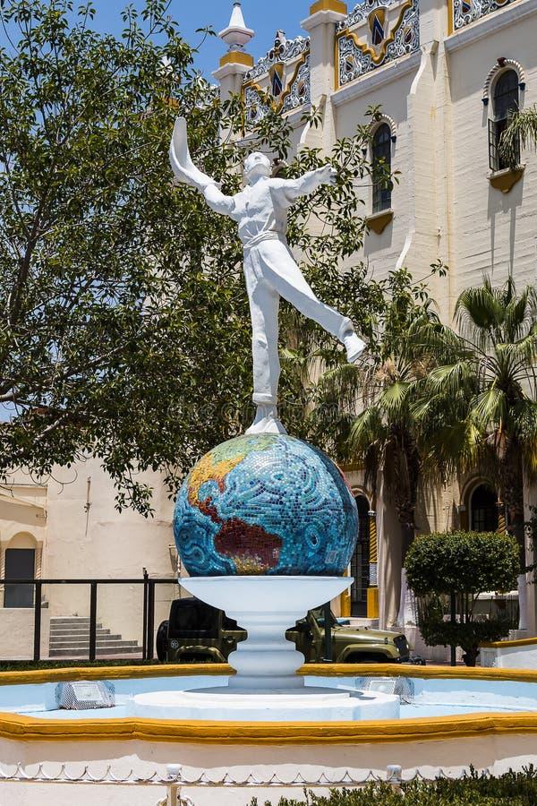 Staty av Jai Alai Player framme av den tidigare arenan i Tijuana, Mexico arkivfoto
