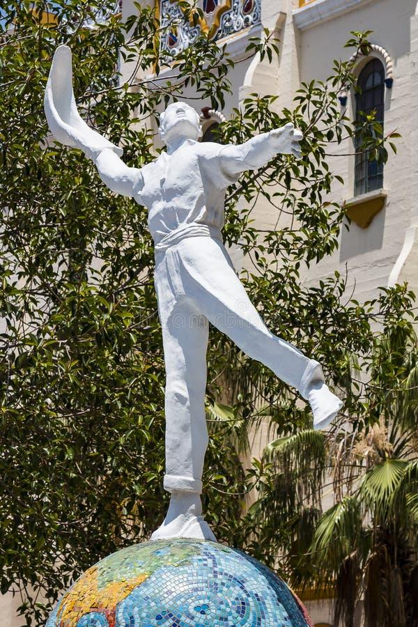 Staty av Jai Alai Player framme av gränsmärket El Foro Antiguo Palacio i Tijuana royaltyfri foto