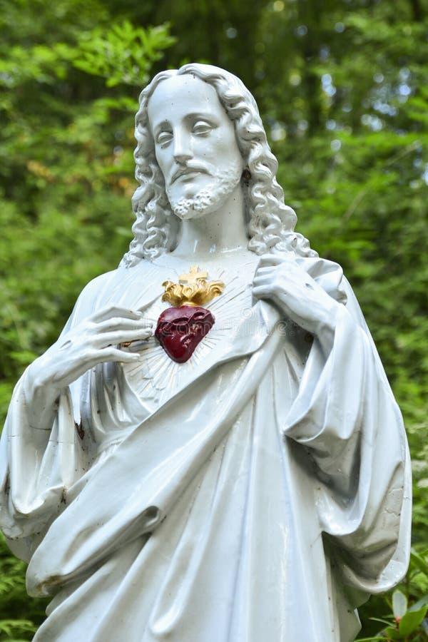 Staty av Jesus med en hjärta arkivfoto