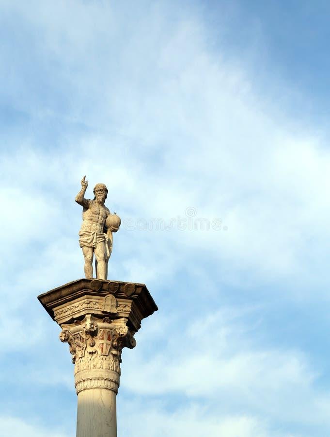 Staty av Jesus Redeemer med världen i din hand royaltyfri bild