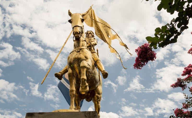 Staty av Joan av bågen på hästrygg i New Orleans, Louisiana arkivbild
