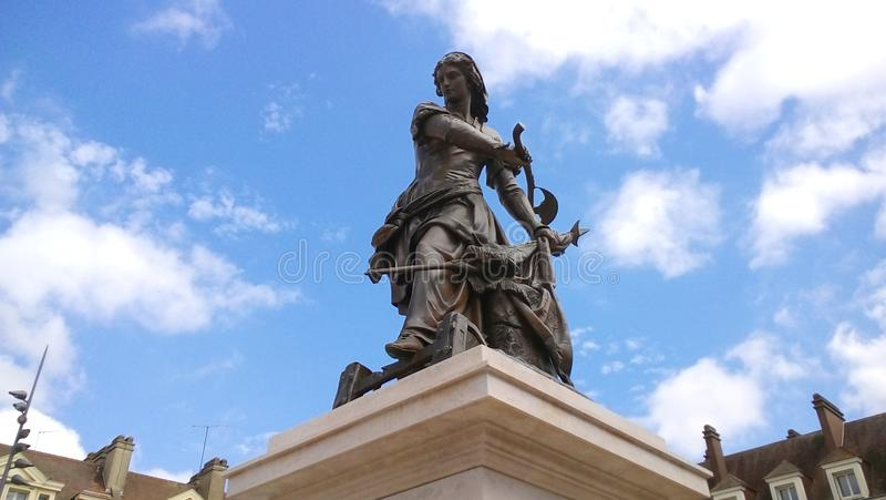 Staty av Joan av bågen på en solig dag royaltyfri fotografi