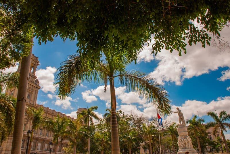 Staty av Jose Marti, Cienfuegos och den kubanska flaggan, Kuba havana royaltyfria foton