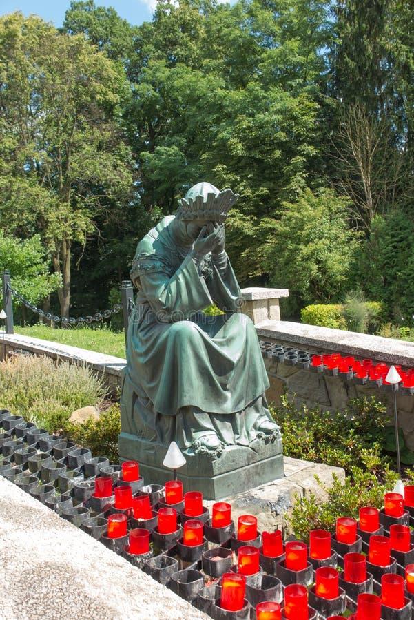 Staty av jungfruliga Mary som gråter bredvid basilikan av vår damnolla royaltyfria bilder