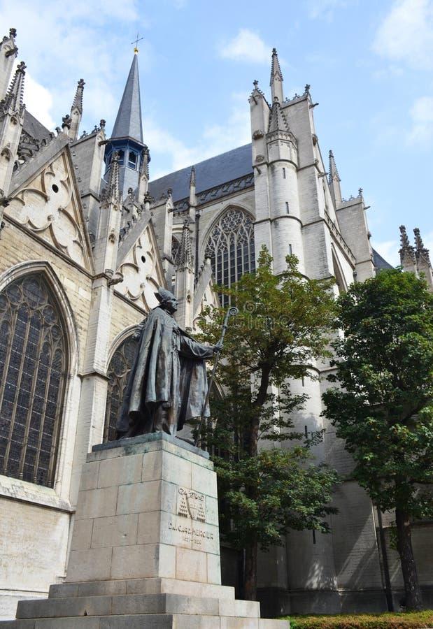 Staty av kardinalen Mercier nära domkyrka för st Michaels och för st Gudula i Bryssel arkivbilder
