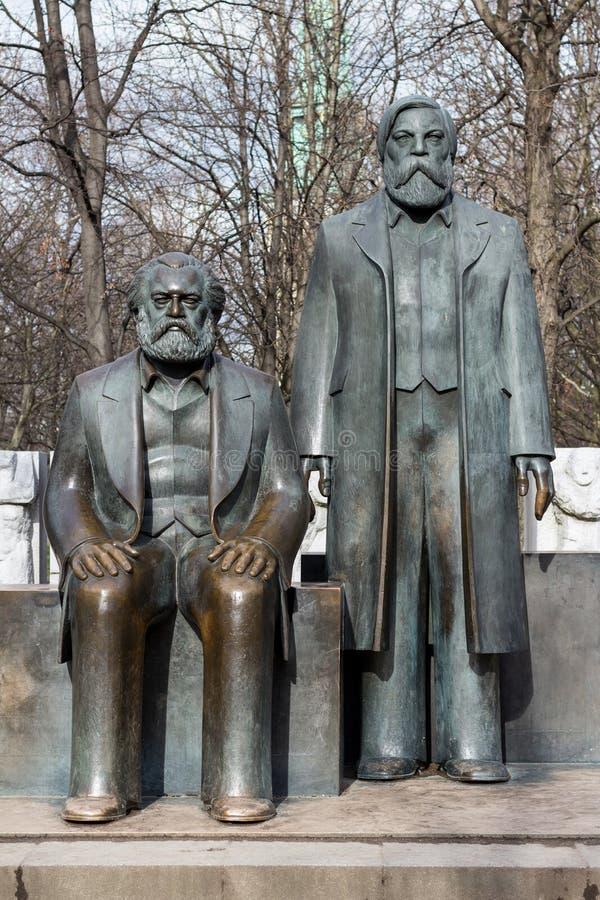 Staty av Karl Marx och Friedrich Engels nära Alexanderplatz arkivbilder