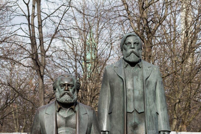 Staty av Karl Marx och Friedrich Engels nära Alexanderplatz royaltyfria foton