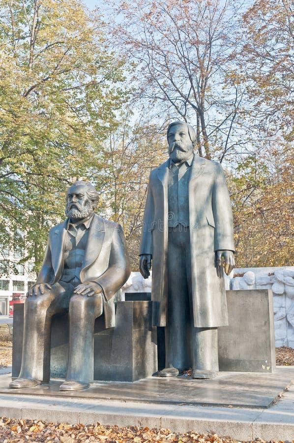 Staty av Karl Marx och Friedrich Engels på Berlin, Tyskland fotografering för bildbyråer