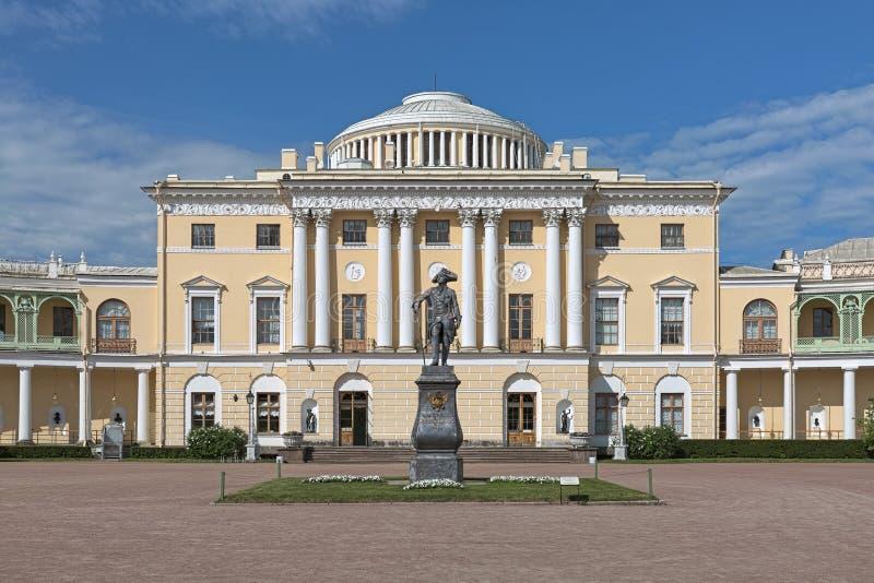 Staty av kejsaren Paul I framme av den Pavlovsk slotten, St Petersburg, Ryssland arkivfoto