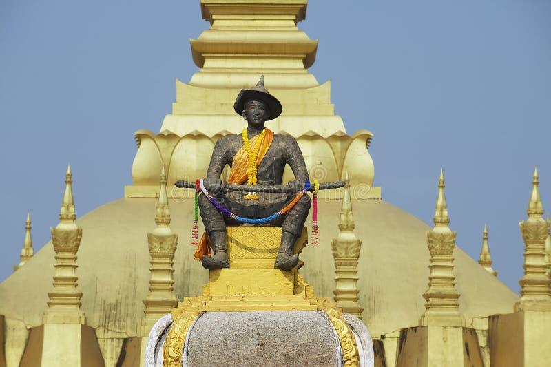 Staty av konungen Chao Anouvong framme av Phaen som Luang stupa i Vientiane, Laos royaltyfri foto