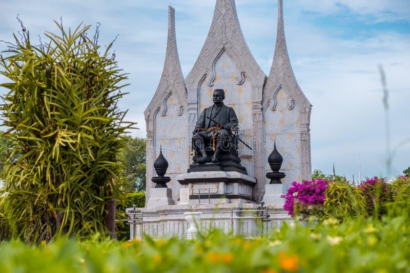 Staty av konungen Rama III framme av Wat Ratchanatdaram av Bangkok, Thailand royaltyfri bild