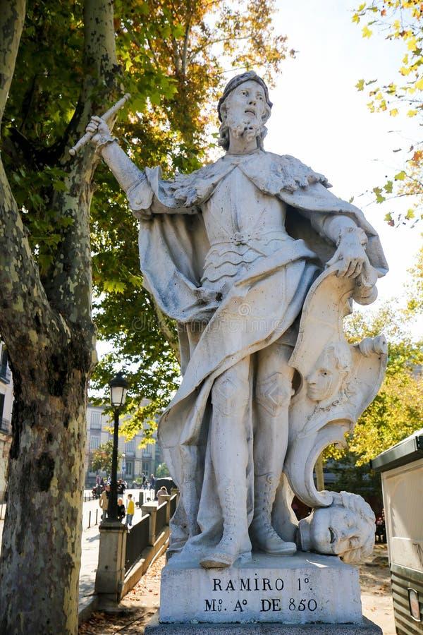 Staty av konungen Ramiro I av Asturias i Royal Palace av Madrid royaltyfri fotografi