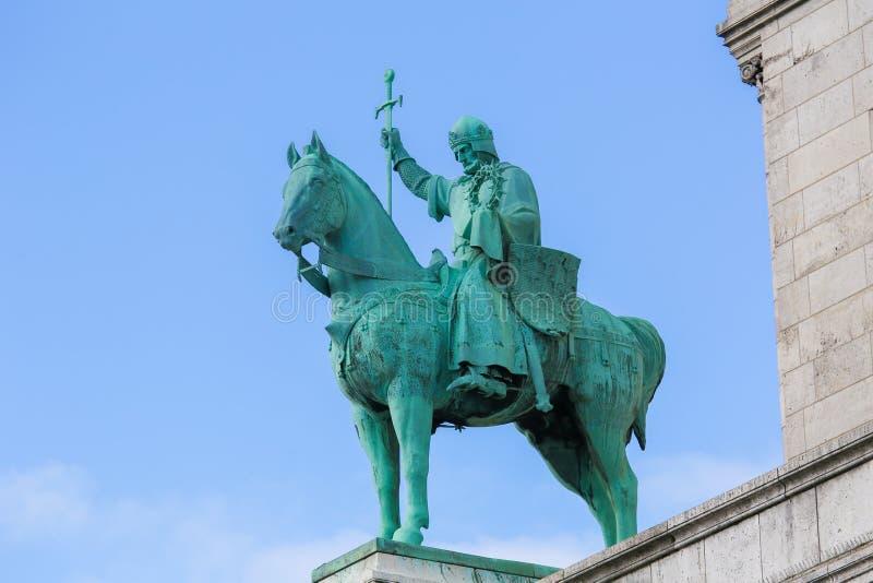Staty av konungen Saint Louis på Sacren Coeur i Paris arkivbild