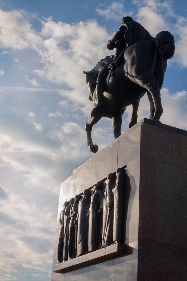 Staty av konungen Tomislav i Zagreb, Kroatien, med blå himmel och vita moln arkivbilder