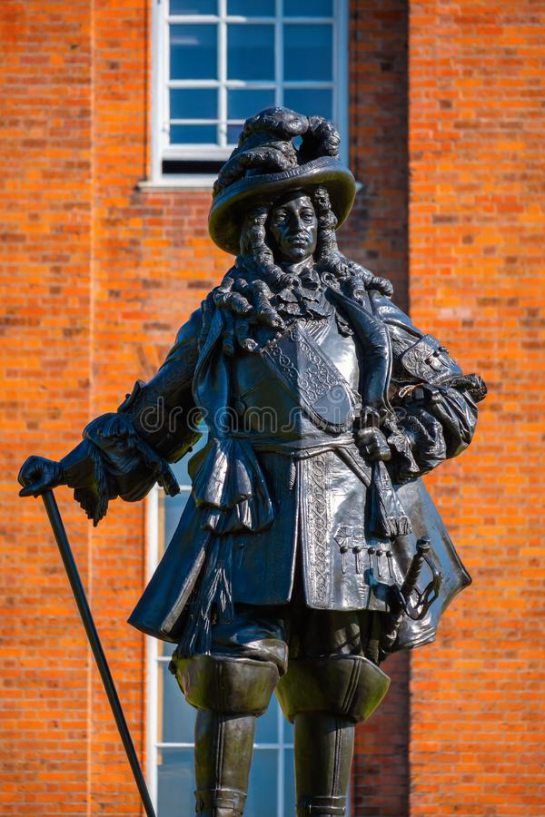 Staty av konungen William II på den Kensington slotten i London, UK arkivfoton