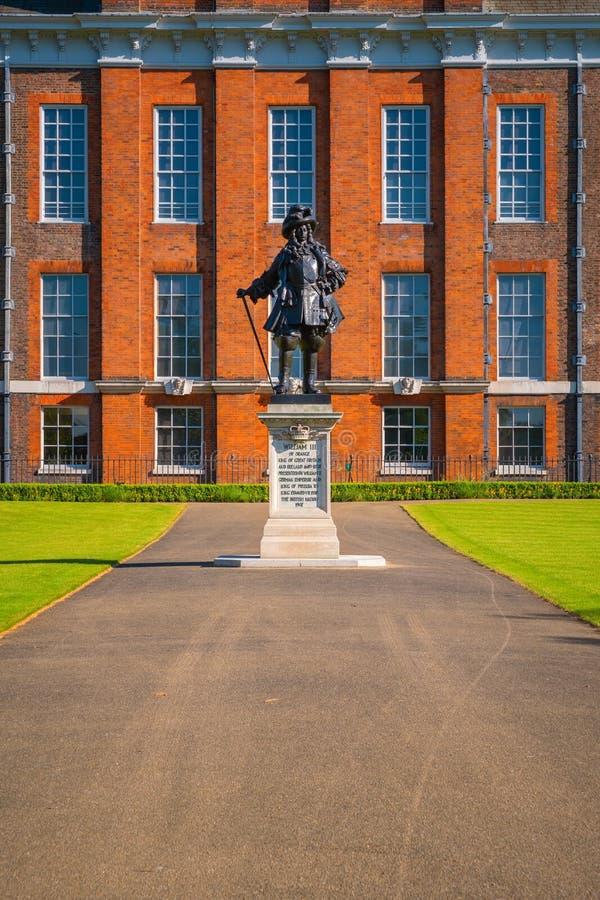 Staty av konungen William II på den Kensington slotten i London, UK fotografering för bildbyråer